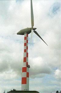 """I 1975 – 1978 opførte elever og lærere på Tvind skolerne ved Ulfsborg i Vestjylland """"verdens største vindmølle"""". Foto: Tvind"""